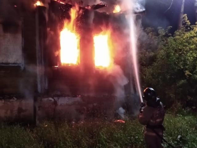 Сегодня ночью в Серове горел жилой дом